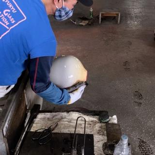 新型コロナウィルス(COVID-19)における緊急事態宣言の解除をうけ、当施設では6月6日(土)より、段階的に営業を再開いたします。 【期間】  2020年6月6日(土) 【営業時間】 9:00〜17:30 (琉球ガラス村、ガラスショップのみ) ・吹きガラス体験は当分の間休止いたします。 ・「福地商店」は、当分の間休館いたします。 ・「Think Think」は、当分の間休館いたします。 ・「じゃんがらや」は、当分の間休館いたします。 【「コロナウィルス感染拡大防止対策」の積極的な推進】  6月6日以降の営業再開に際し、お客様に安心いただけるよう、当施設では従業員一同で下記の予防対策を行った上で、営業を行います。 一部、ご不便をお掛けすることもございますが感染拡大防止のためご協力をお願いいたします。  対策などの詳しくは琉球ガラス村HPのお知らせをご覧ください🙏  動画は職人:上原 正さんの1点もの製作風景です✨