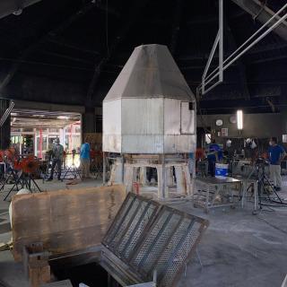 昨日は工場再開の準備を職人さん達みんなでやってました💪 地下室があったのにビックリ🤭 この光景はなかなか見れないです😉