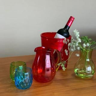 本日、宝島社より発売予定の「素敵なあの人」2020年8月号にて、琉球ガラス村のボトルクーラー&水差しセットが紹介されています。  巻頭の定番ページ「素敵セレクション」内で、南国気分を味わうリゾート風アイテムとして取り上げられました☺️ 同じタイプの商品を、琉球ガラス村オンラインショップと本館ガラスショップで販売しています。チェックしてみてくださいね👀