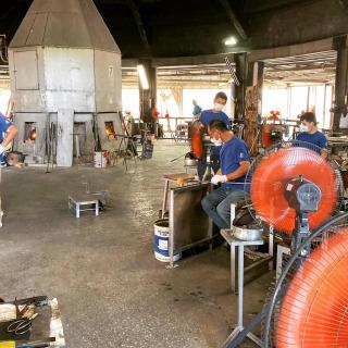 🌈🎉👏71日振りに生産再開👏🎉🌈 4月中旬より停止していた、琉球ガラス村の工場での生産が再開しました❗️ すっかり季節が変わって暑くなりましたが、高熱の窯から取り出した原料に気持ちと技術を込めて、一つ一つ手作りで制作を行っております。  手作りガラス体験の再開はまだ未定😭なのですが、工場の見学は無料でできますので、職人の技を間近で見られる施設にぜひ足をお運びいただければと思います❗️