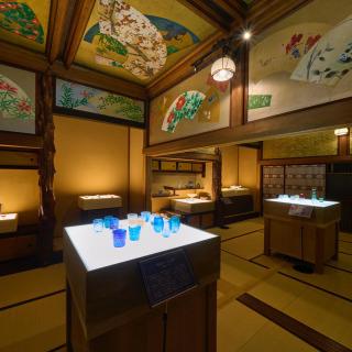 琉球ガラス村からのお知らせです。  7月3日より、ホテル雅叙園東京にて百段階段イベントが開催されています。 「和のあかり×百段階段2021 ニッポンのあかり、未来のひかり」をテーマに、琉球ガラス村からは3作品が選ばれ、展示されています。 外間健太の「琉球鏡玉(りゅうきゅうかがみだま)」と友利龍の「水影(みかげ)」、さらに潮騒グラス、いずれもガラスの魅力を最大限に発揮した輝きを放っています。機会がありましたら、ぜひともご覧ください。 https://www.hotelgajoen-tokyo.com/100event/wanoakari2021 https://www.facebook.com/gajoen/ @hotelgajoentokyo アートイルミネーション 「和のあかり×百段階段2021 ニッポンのあかり、未来のひかり」 場所:ホテル雅叙園東京 開催期間:2021年7月3日(土)~9月26日(日) #琉球ガラス #和のあかり2021 #wanoakari2021