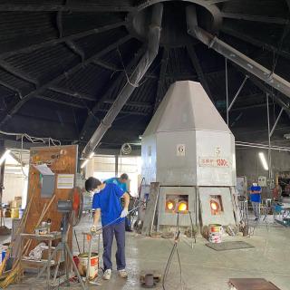 琉球ガラス村からのお知らせです。  糸満市福地・琉球ガラス村の工場には、中央に大きな溶解窯があります。 中には8つの坩堝が据えられており、重油で約1300℃の高温にしてガラスの原料を溶かしています。 長年に渡って愛用してきた重油式窯ですが、このほど新たに電気式の溶解窯を導入することになりました。 7月29日木曜日に窯の火を消して、工事が始まります。職人をはじめ関係者一同、寂しさは募りますが、新たな製作窯への期待も大いにあります。 県内最大を誇る琉球ガラス村の重油式溶解窯が見納めとなるこの機会に、みなさまのご来場をお待ちしております。  #琉球ガラス村 #琉球ガラス #糸満硝子製作所