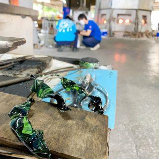 試作品を作ってる職人さん達、めちゃくちゃ楽しそうでニコニコしてしまいます☺️ #琉球ガラス村 #琉球ガラス  #琉球 #ガラス #グラス #コップ #糸満 #沖縄 #日本 #職人 #伝統工芸 #工芸品 #itoman #okinawa #japan #ryukyuglassvillage #ryukyuglass #glass #art #handmade #craft #craftsman #craftsmanship
