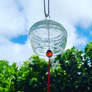 昨日、風鈴を撮影して投稿しましたが撮影中だんだん欲しくなってきてしまって自分用に購入しました🥳 チリーン🎶と鳴る度に涼しい風が身体を通り抜けていきます☺️ #琉球ガラス村 #琉球ガラス  #琉球 #ガラス #グラス #コップ #糸満 #沖縄 #日本 #職人 #伝統工芸 #工芸品 #itoman #okinawa #japan #ryukyuglassvillage #ryukyuglass #glass #art #handmade #craft #craftsman #craftsmanship